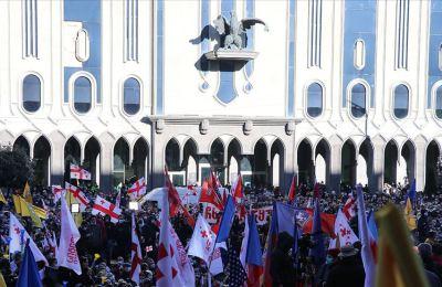 Gürcistan'da binlerce kişi erken seçim talebiyle sokaklarda