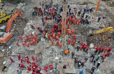 İzmir'deki deprem sonrası ekiplerin yoğun çalışması kameralara yansıdı