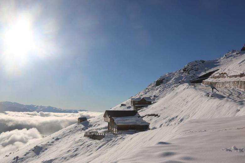 1604912671 432 kackar daglari yaylalarinda bulut denizi ve kar gorenleri buyuluyor