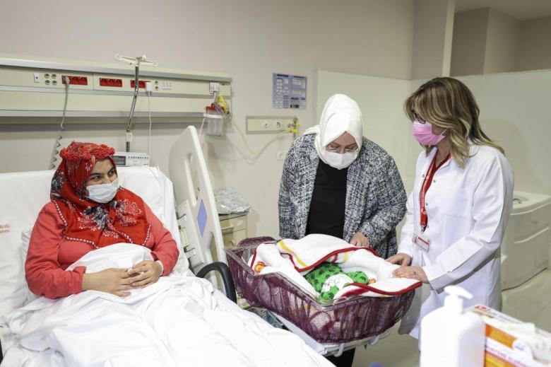 1609454163 239 bakan zehra zumrut selcuk yeni yilin ilk bebeklerini ziyaret etti
