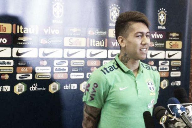 """Perguntado como acompanha futebol brasileiro, Firmino brinca: """"Pela TV de plasma"""""""