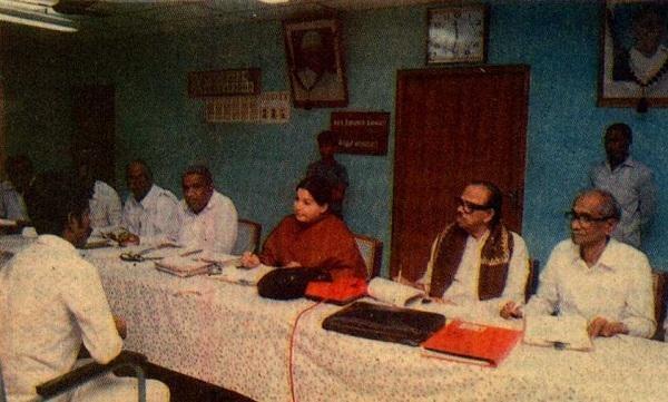 நேர்காணல் நடத்தும் ஜெயலலிதா