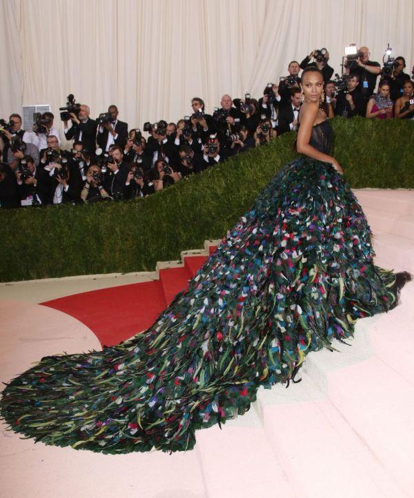 Платье-павлин: Зои Салдана в роскошном наряде от Dolce ...