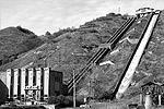 Затворы ГЭС открыты, вода сбрасывается вхолостую