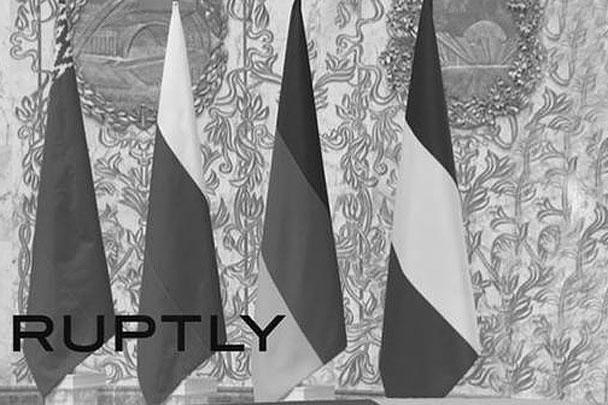 На переговорах куда-то пропал украинский флаг. На одной фотографии он был, на другой уже нет. Наверное, упал, предположили блогеры
