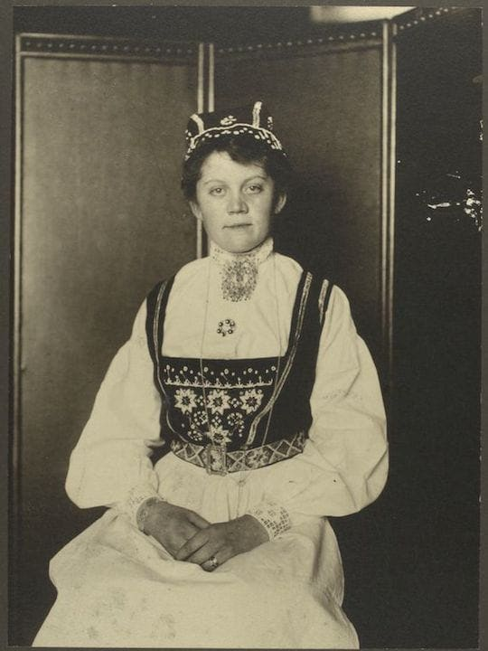 A Norwegian woman. Portraits from Ellis Island, Augustus Sherman.