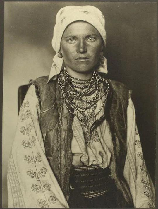 A Ruthenian woman. Portraits from Ellis Island, Augustus Sherman.