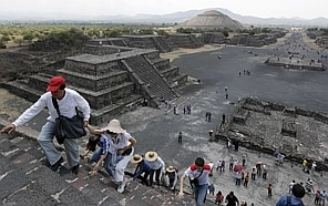 Tourists climb the Pyramid of the Moon at the Teotihuacan archaeological site on the outskirts of Mexico City, March 30, 2014. REUTERS/Mariana Bazo (MEXICO - Tags: SOCIETY TRAVEL)