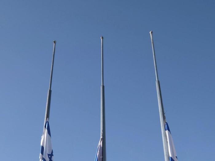 Le désastre de Meron  Abaissement des drapeaux d'État en berne sur la place du palais présidentiel le 2 mai 2021. Mark Neiman, GPO, site officiel