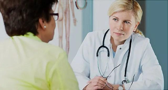 médecin parle au patient