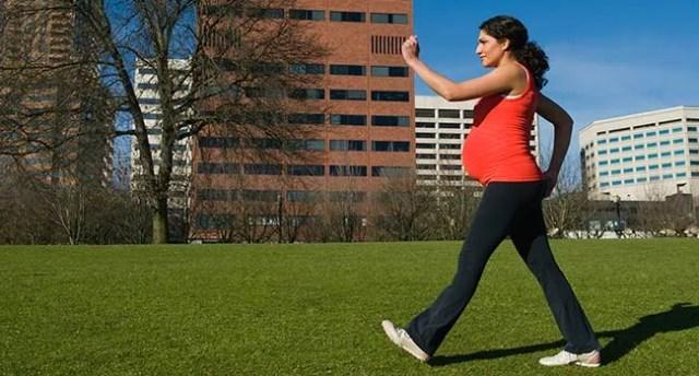 photo d'une femme enceinte marchant