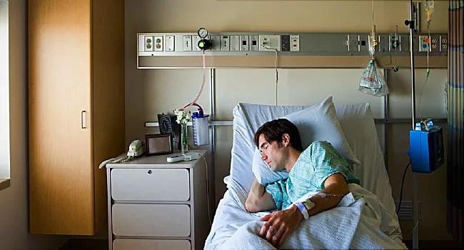 hastane yatağında adam