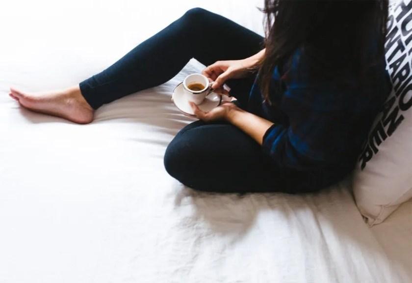 mulher com café na cama