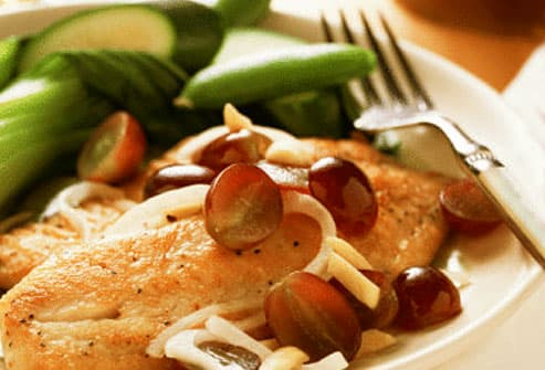 Grilled chicken with grapes and zucchini