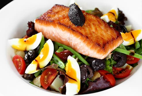 Green salad with salmon and boiled eggs
