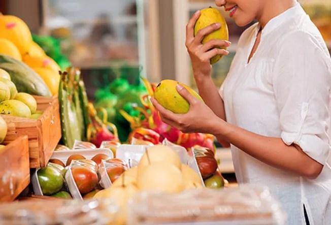 smelling mangos
