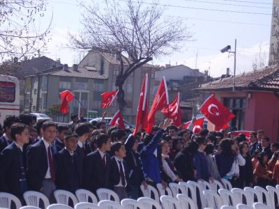 turk dunyasi haftasi, nevruz torenini izleyen öğrenciler