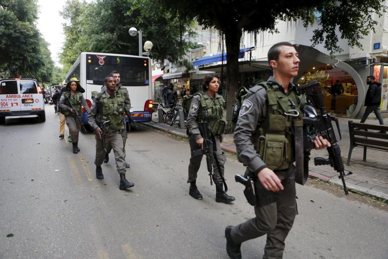 Israelische Polizisten sichern den Tatort nach einem Anschlag auf eine Tel Aviver Bar