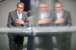 Obwohl an sich erfolgreich, agiert Verkehrsminister Alexander Dobrindt immer wieder viel kleinkarierter, als es sein Anzug am Freitag im Bundestag erwarten ließ