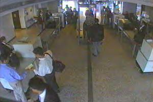 Flugzeugentführer Nawaf al-Hazmi (mit blauem Hemd) am 11. September 2001 im Dulles International Airport in Chantilly. Von dort startete American-Airlines-Flug 77, der von den Terroristen auf das Pentagon in Washington gesteuert wurde