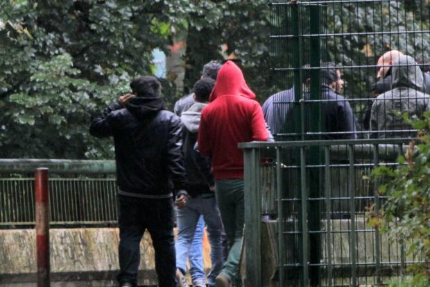 Jugendliche auf dem Gelände des Kinder- und Jugendhilfenotdienstes in der Hamburger Feuerbergstraße. Dort werden auch minderjährige unbegleitete Flüchtlinge untergebracht