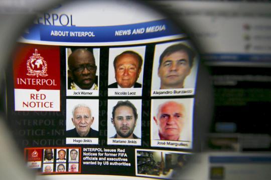 <br /> So wie mit dieser Interpol-Webseite nach weltweit zur Fahndung ausgeschrieben, mutmaßlich korrupten Fifa-Funktionären gesucht wird, könnte man auch nach zahlreichen Mitgliedern der Uno-Generalversammlung fahnden – doch Letzere schützt diplomatische Immunität</p> <p>