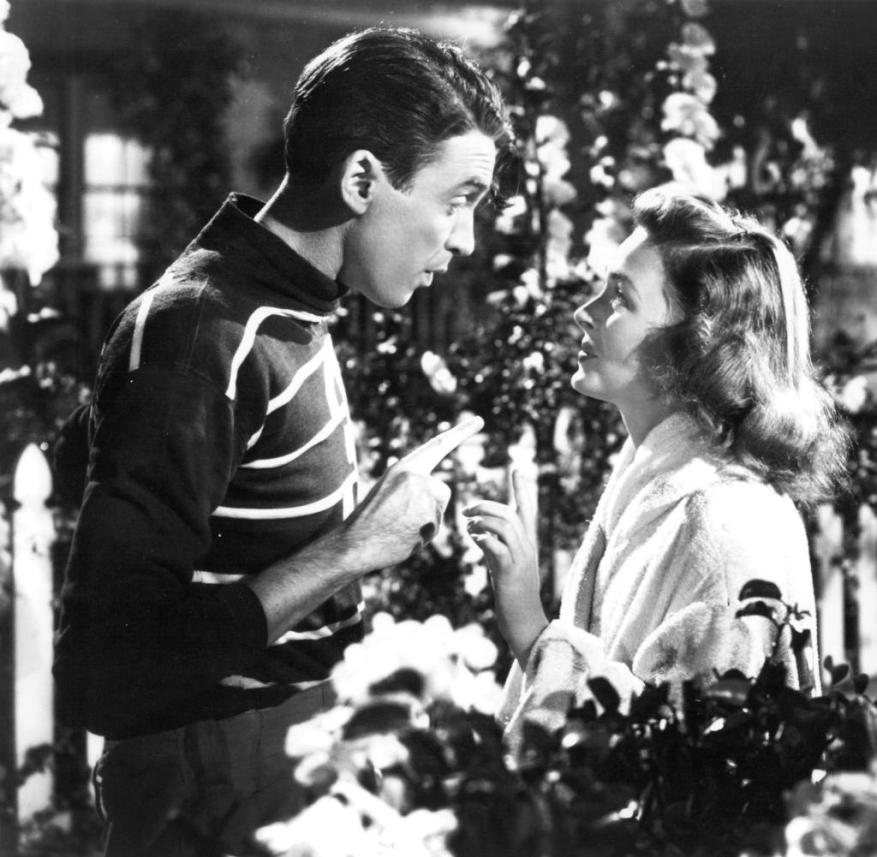 WS Ku Weihnachtsfilme American actors James Stewart (1908 - 1997) as George Bailey, and Donna Reed (1921 - 1986) as Mary Hatch Bailey in a promotional still from 'It's A Wonderful Life', directed by Frank Capra, 1946. (Photo by Silver Screen Collection/Getty Images)