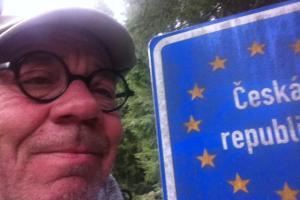 Selfie am Wegesrand: Helmut Schümann an der tschechischen Grenze