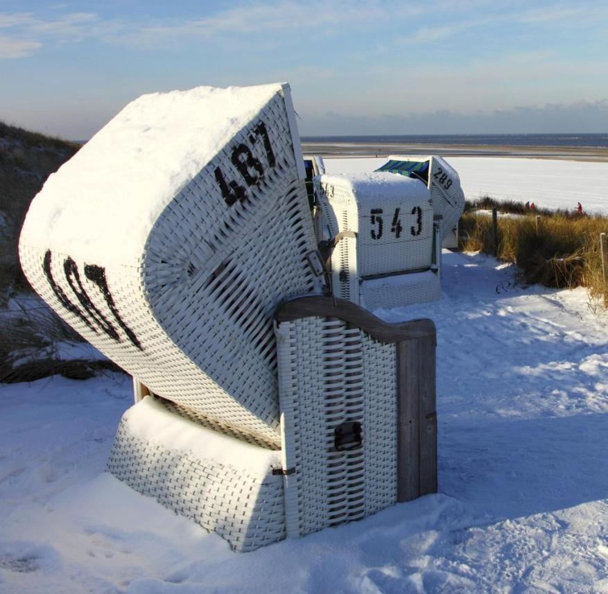 North Sea in winter: After a walk on the beach on Spiekeroog, you can warm up in the sauna or with East Frisian tea