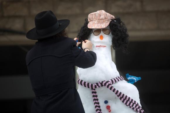 In der israelischen Hauptstadt Jerusalem liegt soviel Schnee wie seit Jahrzehnten nicht mehr. Er reicht sogar, dass die Einwohner am Straßenrand Schneemänner bauen können...