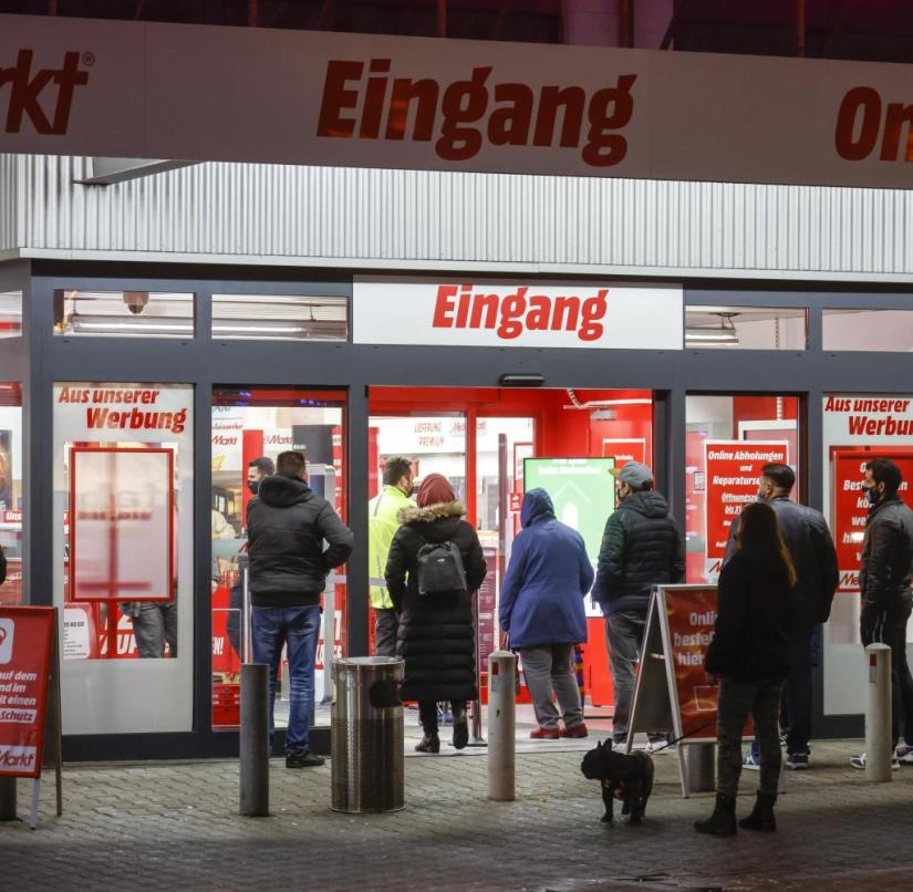 Essen, Ruhr area, North Rhine-Westphalia, Germany - retail in times of the corona crisis with the second lockdown on the day before Christmas Eve, the shops are closed, but some offer pick-up stations, MediaMarkt customers pick up goods ordered online.