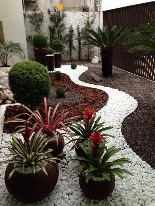 jardin avec du gravier et des galets
