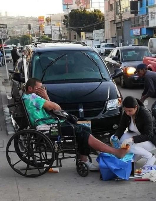 Mesmo cansada depois de ter saído do trabalho, esta enfermeira decide cuidar das feridas de um morador de rua