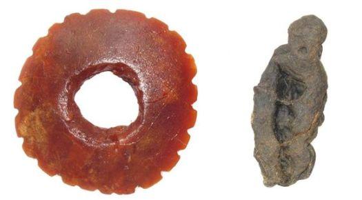 Kierikkikeskuksen kivikautisen kylän kaivauksissa löydetty pihkakoru ja koivuntuohitervan kappale, jota on käytetty purukumina noin 5 500 vuotta sitten.