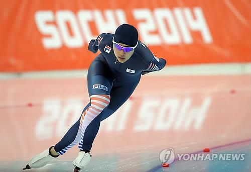 South Korean speed skater Kim Bo-reum takes a turn en route to a 13th-place finish in the women's 3,000 meters at the Sochi Winter Olympics on Feb. 9, 2014. (Yonhap)