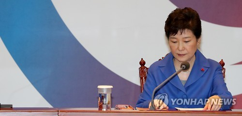 President Park Geun-hye holds a meeting with Cabinet ministers at the presidential office Cheong Wa Dae in Seoul on Dec. 9, 2016. (Yonhap)