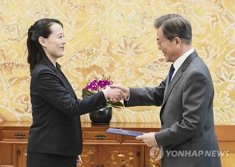 文大統領(右)に金委員長の親書を手渡す与正氏=10日、ソウル(聯合ニュース)