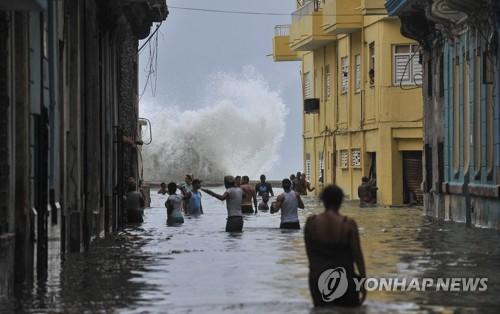 물에 잠긴 아바나[AFP=연합뉴스]
