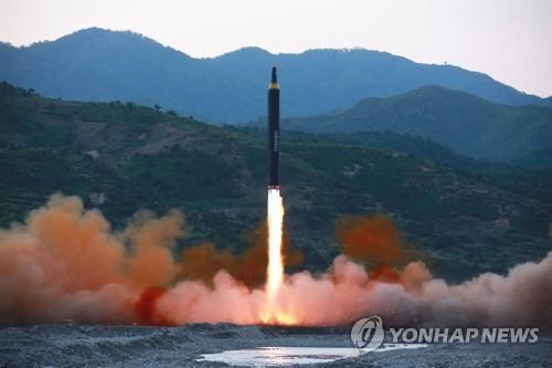 북한 신형 중장거리 미사일 발사