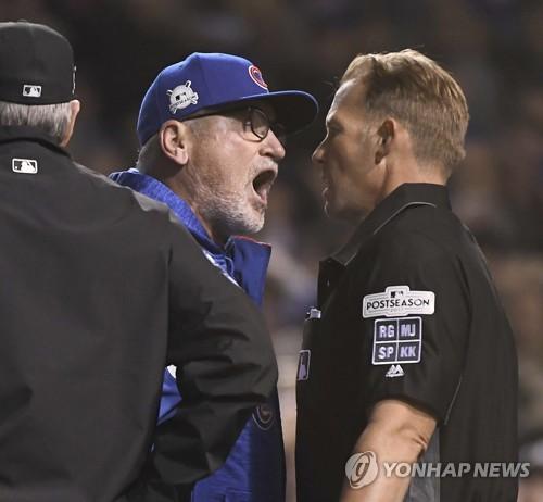 짐 울프 구심(오른쪽)에게 격렬하게 항의하는 조 매든 감독 (AP=연합뉴스)
