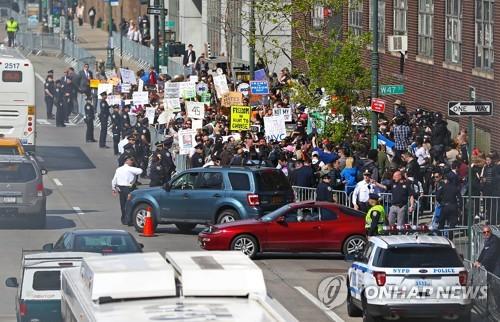 뉴욕 인트레피드 박물관 근처에서 열린 반(反)트럼프 시위