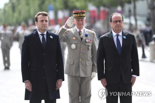 프랑스 차기 대통령 마크롱과 현 대통령 올랑드