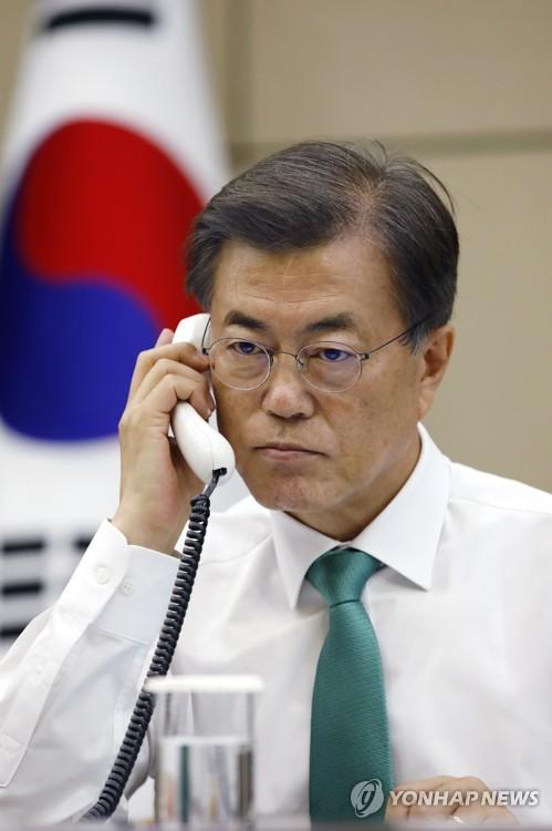 문 대통령, 아베 일본 총리와 전화 통화