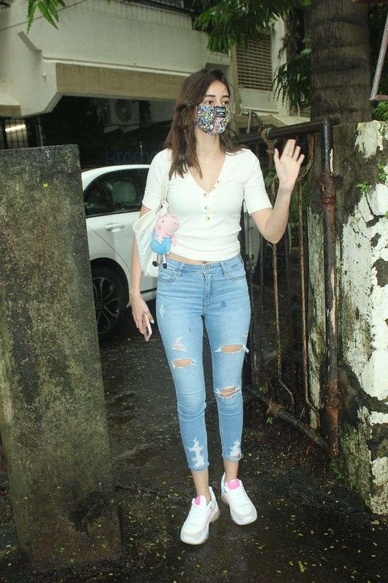 Ananya panday Latest Hot Pics at Kromakay salon in juhu