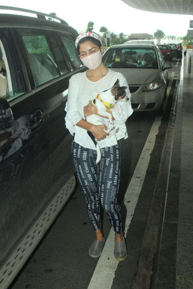 Gurmeet Chaudhary & wife spotted at airport HD Photos