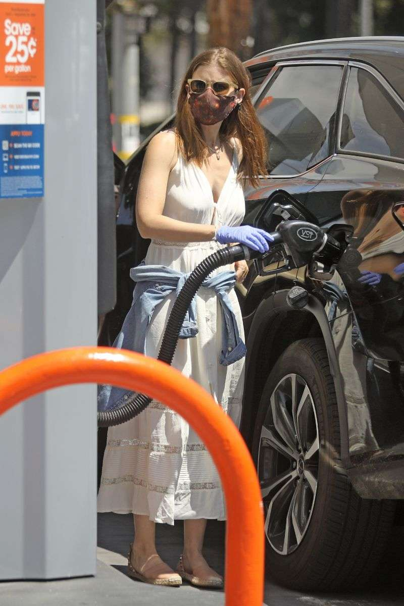 Kate Mara takes extra precautions as she pumps gas during the sweltering LA heat on Saturday afternoon HD Photos