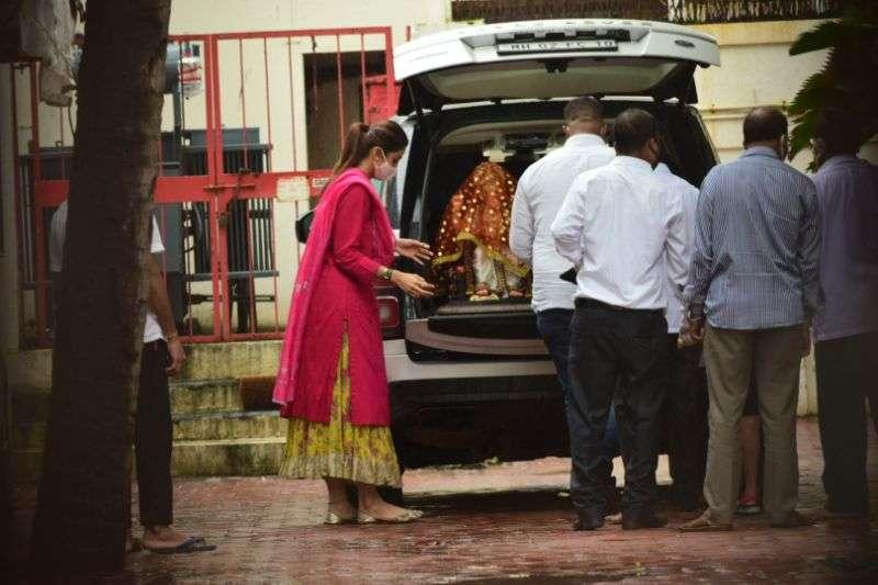 Shilpa Shetty being home Ganesha HD photos