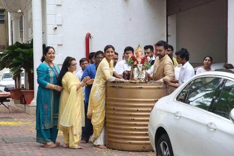 Shilpa Shetty ganpati immersion Pics At Juhu HD