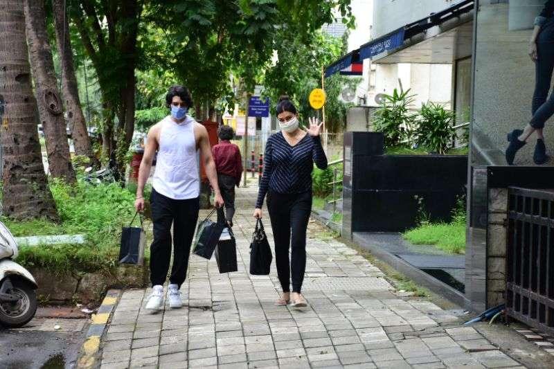 Sushmita Sen & boyfriend Rohman Shawl Photos at bandra HD