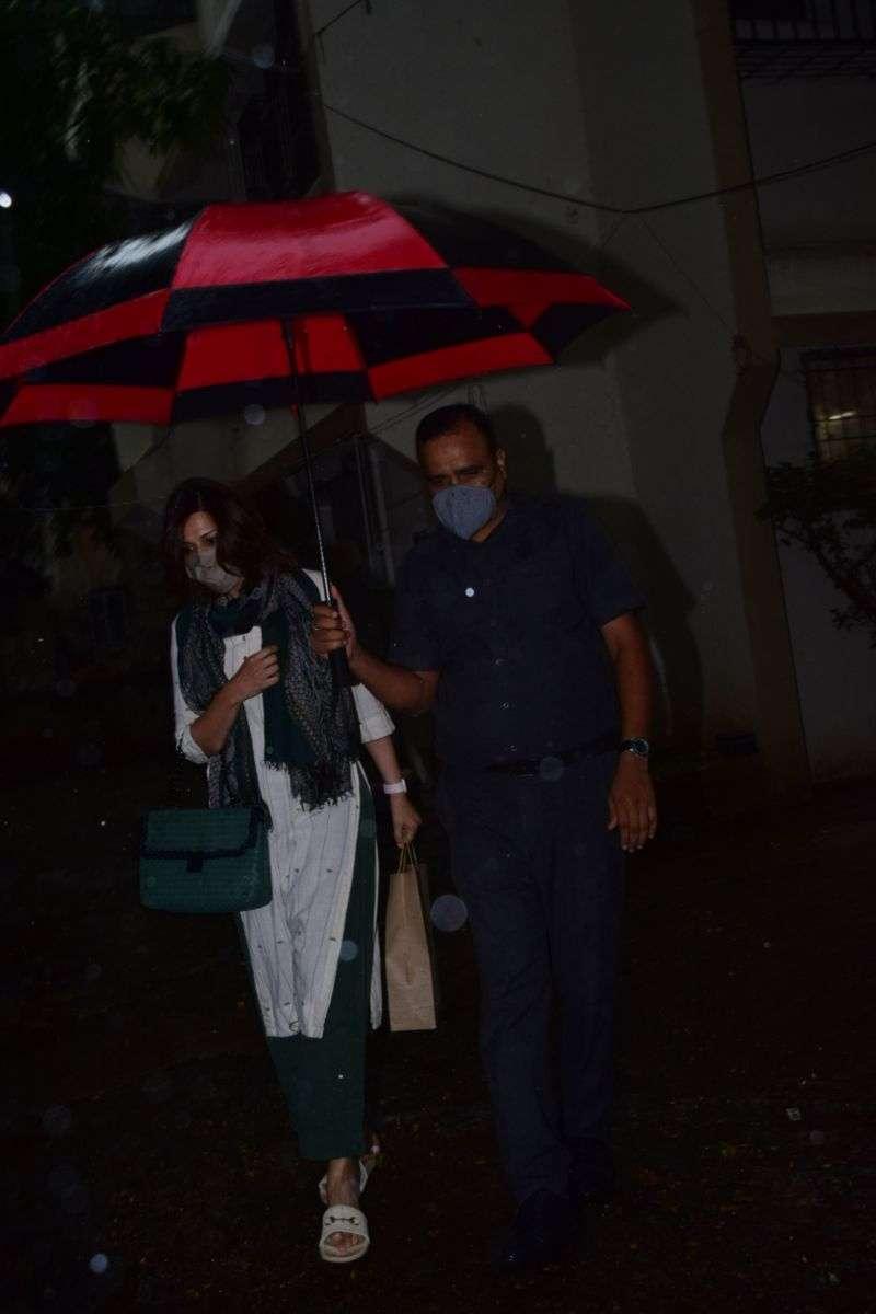Sonali Bendre spotted at kromakey juhu HD photos